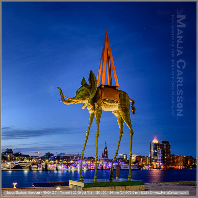 Space Elephant - Dali Elefant Skulptur / Salvatore Dali Statue - Hamburger Skyline - Kunst-Skulpturen am Musical-Boulevard Hamburg