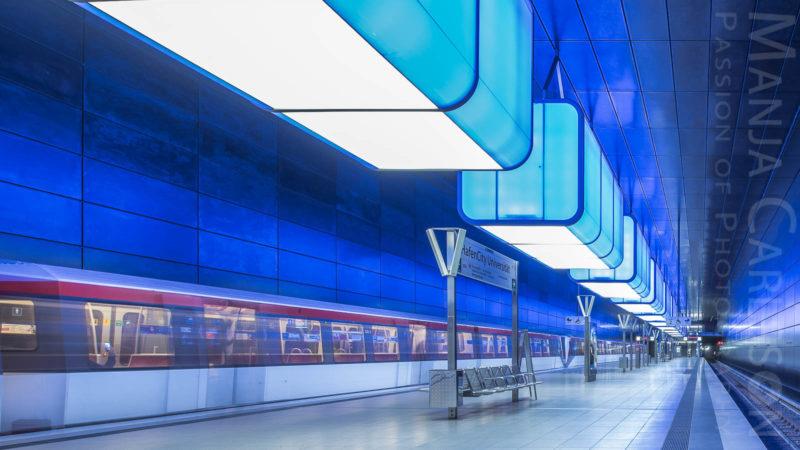 Bahnsteig U4 Hafencity Uni Hamburg mit einfahrendem Zug