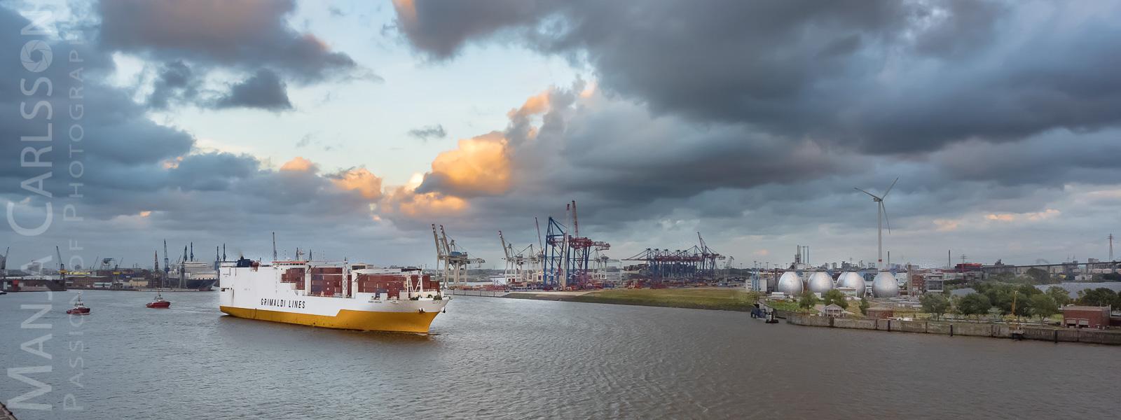 Containerschiff Grimaldi Lines verlässt den Hamburger Hafen