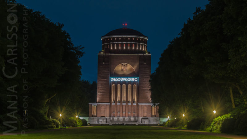 Planetarium Hamburg in einer blauen Juni-Nacht