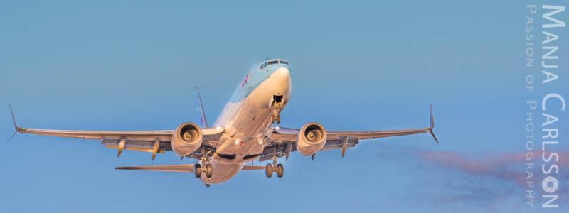 TUI Flugzeug im Landeanflug zum Sonnenuntergang