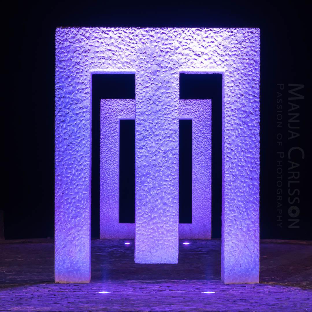 Puerta sin puerta (Kan Yasuda) in Garachico - lila Licht in Frontansicht