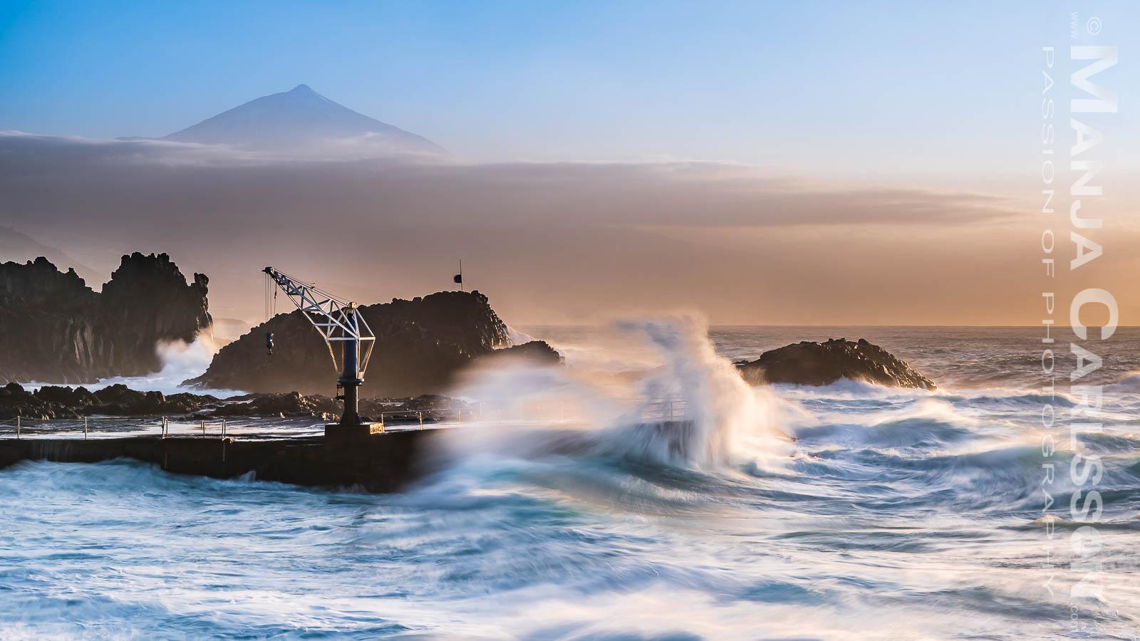 El Pris - starke Brandungswelle im Hafen in Langzeitbelichtung