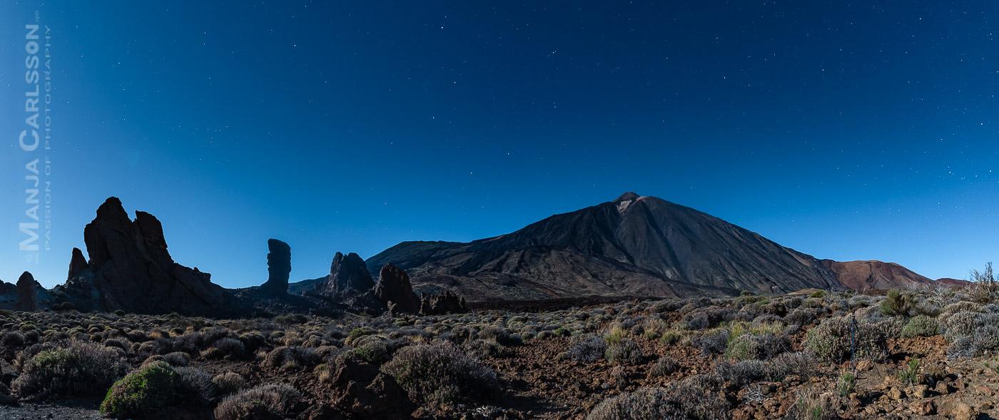 Panorama-Blick auf den Teide mit den Roques de García in der Vollmondnacht