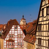 Rothenburg ob der Tauber - Auf der Stadtmauer entlang laufend die Dächer und die Fachwerkhäuser anschauend