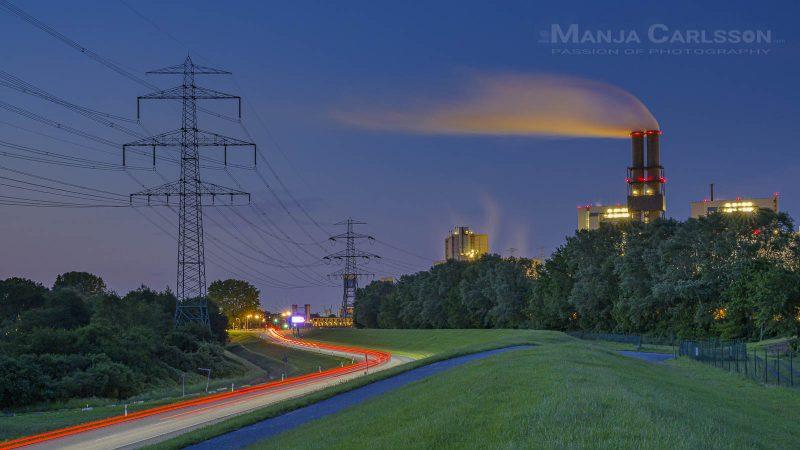 Vattenfall Heizkraftwerk Hamburg Moorburg zur blauen Stunde mit vielen roten Autolichterspuren