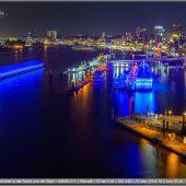 Blick auf Hamburgs Hafen und Landungsbrücken in der Nacht von der Elphi