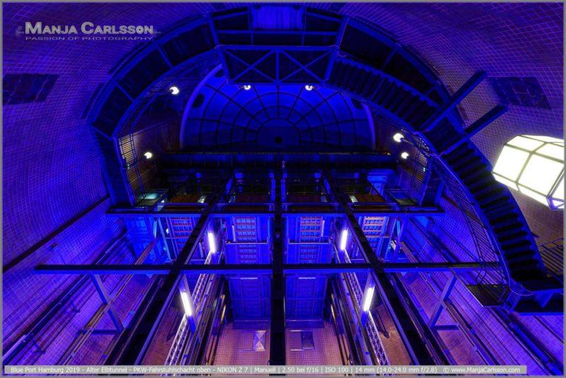 Blue Port Hamburg 2019 - Alter Elbtunnel - PKW-Fahrstuhlschacht im blauen Licht mit Blick zur Kuppel