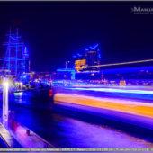 Blue Port Hamburg 2019 - Flaniermeile Vorsetzen mit blauen Lichtern auf Schiff Rickmer Rickmer und Elbphilharmonie. Ein vorbeifahrendes Fährschiff wirft breite orange blaue Lichterstreifen auf der Elbe.