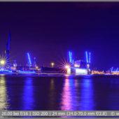 Blue Port Hamburg 2019 Blick vom Wassersteg auf die Landungsbrücken im Hamburger Hafen mit blauen Lichtern