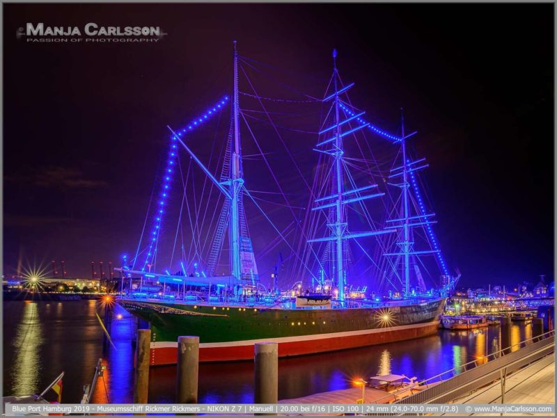 Blue Port Hamburg 2019 - Die Rickmer Rickmers ist ein Museumsschiff. Das alte Segelschiff ist mit einer blauen Lichterkette von Bug bis Heck über die Masten gespannt.