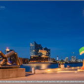 Elphi zwischen La Grande Fleur qui marche (Fernand Léger - franz. Künstler) und Skulptur zur blauen Stunde - Musical Boulevard Hamburg